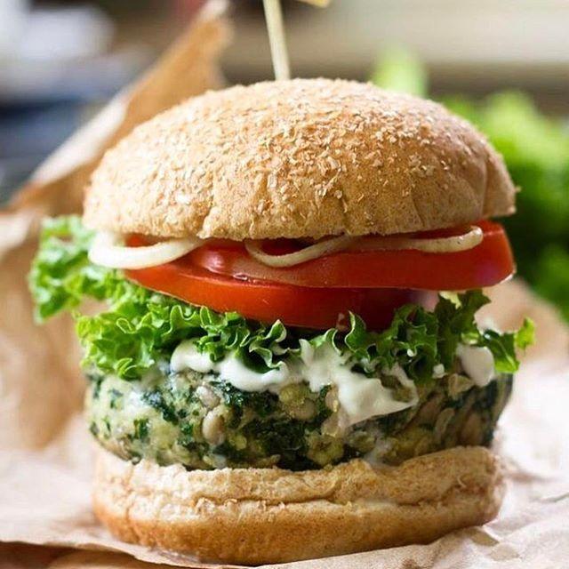 Hamburguesas vegetarianas para compartir en familia y amigos 🙌🏻  Procesa: 1 lata de porotos + 2 tazas de albahaca bien lavada + 1/2 taza de semillas de girasol + jugo de 1 limón + sal + 2 cucharas de savora + 1 taza de avena (yo la procese antes) + 1/2 taza de queso rallado + aceite @casaltaoficial 👉🏻 una vez listo agregale 1 cebollita cortada buen chiquita y con la ayuda de las manos hace las hamburguesas 👉🏻 horno 200' por 20 min con un poquito de aceite y listo ☝🏻️ las podes comer…
