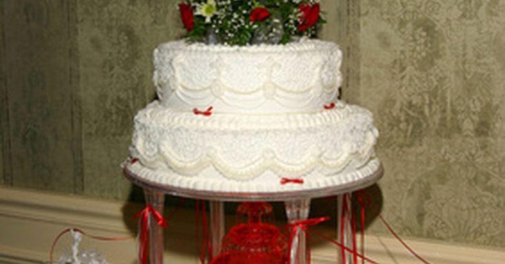 Como fazer um bolo de casamento retangular de três andares . Criar um bolo de casamento demanda tempo e empenho, mas é muito recompensador no final. Há muitos passos envolvidos, começando pelo design. Determine se o bolo será redondo ou retangular e o número de camadas necessárias. Decida se cada uma terá sabores diferentes ou iguais. Escolha também a cor e o tipo da cobertura e quais tipos de decorações o ...