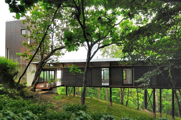 Direction le Costa Rica et les montagnes de Nosara, où la K House a vu le jour grâce aux architectes de Datum Zero. Cette maison aérée en bois abrite des espaces ouverts dans une disposition longiligne. La structure semble parfaitement s'intégrer à son environnement, elle offre des vues spectaculaires sur l'océan Pacifique et répond aux envies d'un propriétaire qui aime la nature et la plage. La maison est sur pilotis pour contourner la difficulté de la topographie en pente du site.