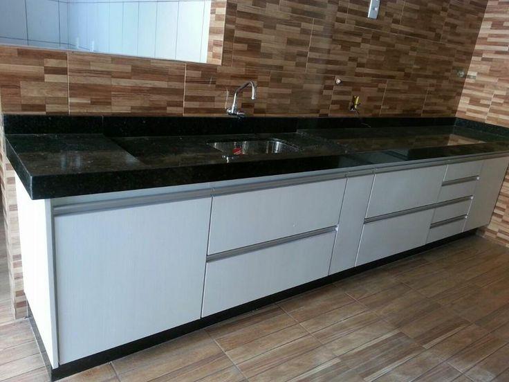 Pia com Bancada e Rodapé em Granito Verde Ubatuba #kitchen #cozinha #granito