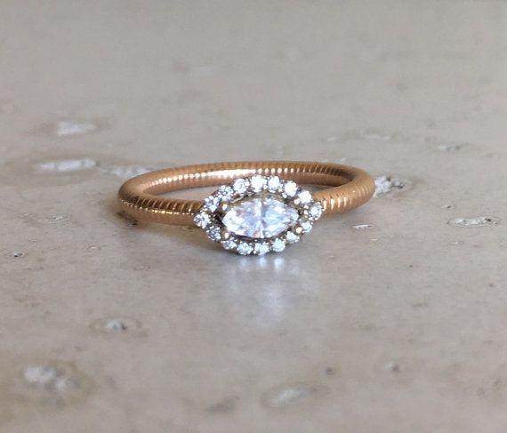 Un anello di diamante bianco scintillante senza conflitti Marchesa alone realizzato artigianalmente in bicolore rende di k oro 18 un anello di promessa/fidanzamento dolce. Avvolto in una scatola pronta per dare del regalo.  Questo anello è un FINALE di VENDITA  Anello Info ------------------------------- Oro massiccio 18 carati G colore, chiarezza VS 0.20cts Spessore di tibia Modello indossa una taglia 5  ---> Si prega di notare cè un costo aggiuntivo, se abbiamo dimensioni lanello ancora…