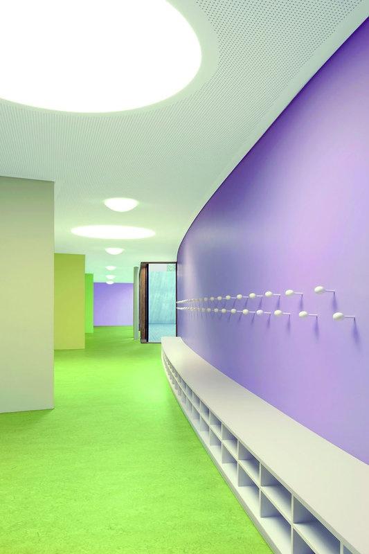 Pestalozzi-Schule in Leonberg, Architekturbüro SOMAA:  Eine Abfolge von Grüntönen adressiert die Eingangsbereiche der Klassenzimmer. Der Eingangsgrünton findet sich an der flurseitigen Wand im Raum wieder.
