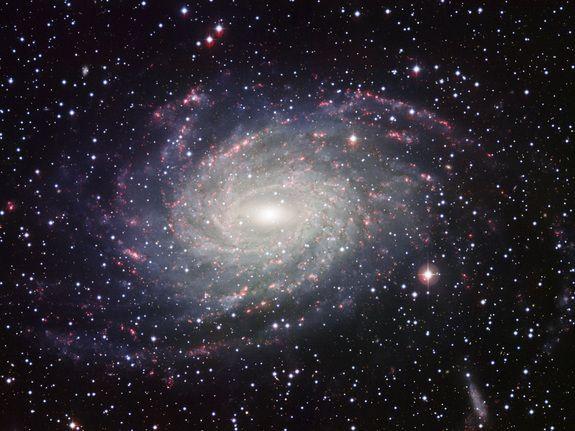 Esta imagem da galáxia NGC 6744 foi tirada com o instrumento Wide Field Imager no telescópio MPG / ESO de 2,2 metros em La Silla. A grande galáxia espiral semelhante à Via Láctea, faz com que esta imagem pareça um cartão postal da nossa própria galáxia.