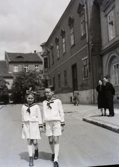 Úri utca a Hadik szobor mellett, szemben a Szentháromság utca házai.