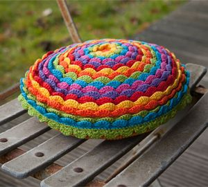 Bloem kussen, gevonden op : http://www.okra.be/page?orl=5918&ssn&lng=1&pge=15872&nws=7353  Sorry, pattern only in Dutch