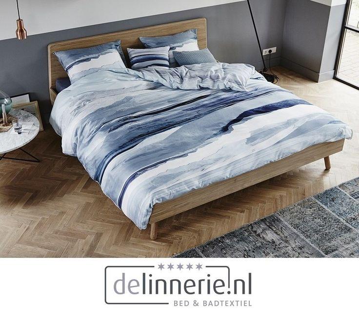 Dit dekbedovertrek komt uit het Essenza trend-thema Contemporary Nature. Verschillende kleuren blauw wat net golven van de zee lijken. Op de achterzijde van het dekbedovertrek ziet u lichtblauwe strepen op een witte ondergrond. #delinnerie.nl #beddengoed #strepen #stripes