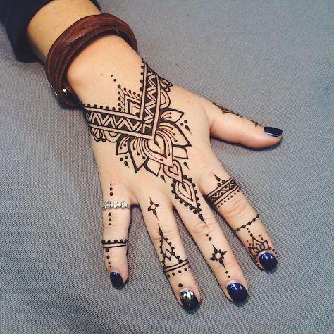 motif de henné style main de fleur de lotus sur le dessus et points sur les doigts   – body of art