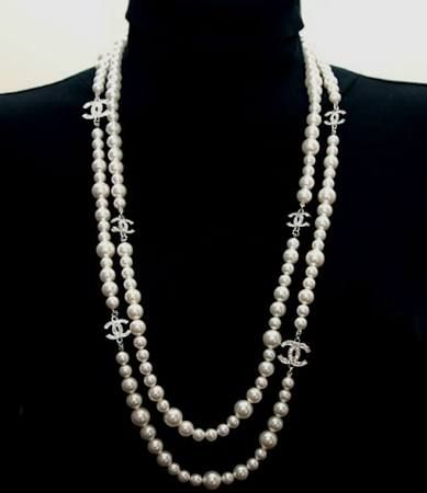 17 best ideas about chanel pearl necklace on pinterest. Black Bedroom Furniture Sets. Home Design Ideas