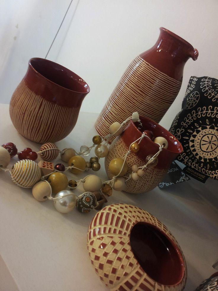 caraffa, bicchieri Storm in a tea cup. Da UBUNTU Project. Le ceramiche realizzate tutte artigianalmente sono pezzi unici che raccontano le storie degli artigiani di Alexandra per arricchire le nostre tavole.