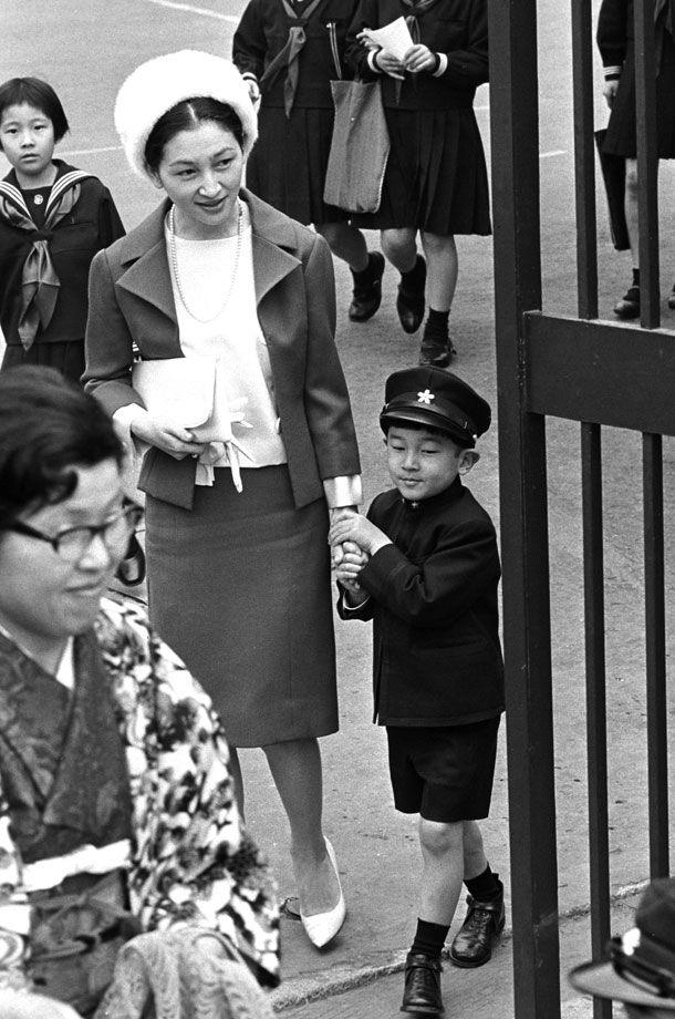 1966年4月、学習院に浩宮さまを迎えに Empress Michiko and Prince Hironomiya