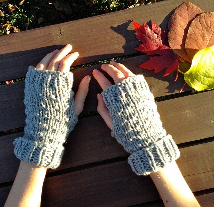 Nice handmade fingerless mittens for women. 100% soft MERINO Superwash. Superbes mitaines en laine, pour femmes, faites à la main avec notre laine MÉRINOS Superwash. www.zaknit.com