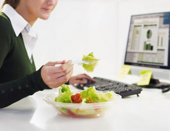Diyet yapacağım derken vücudunuz için gerekli protein, vitamin ve mineralleri ne kadar karşılayabiliyorsunuz? Çok düşük kalorili diyetler kilo vermenizi sağlasa da vücudunuzun toksik yükünü arttırıp bağışıklık sisteminizi olumsuz yönde etkileyebilir. Yetersiz protein, vitamin ve mineral alımı; kas kaybı, tırnak kırılmaları, saç dökülmesi gibi olumsuz sonuçlar doğurabilir. Premium Diet programında bu tür olumsuzluklar ile karşılaşmaz ideal kilonuza sağlıkla kavuşursunuz.