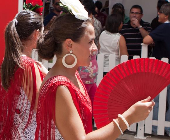 Feria de Malaga is een traditioneel feest in augustus dat ruim een week massaal door de Malagueños wordt gevierd.   Dagelijks loopt het historisch centrum in de middag vol met een feestende mensenmassa. Veel dames zien er prachtig uit in hun traditionele jurken. Het geheel is compleet met drank, muziek en natuurlijk veel tapas. 's Avonds verplaatst het feest van feria de Malaga zich naar een groot terrein buiten het centrum.   #feria #Malaga Meer informatie op: http://www.beleefmalaga.nl