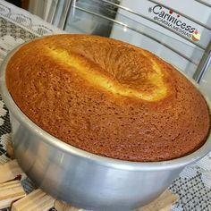 BOLO DE LARANJA DE LIQUIDIFICADOR! . Super fofo e fácil de fazer! Passe pro lado e veja as fotos dessa delícia. . . . . INGREDIENTES DA MASSA: - 04 ovos; - 03 colheres de sopa (cheias) de margarina sem sal; - 01 xícara de chá (240ml) de suco de laranja coado; - Casca de uma laranja (descasque o mais fininho que conseguir); - 02 xícaras de chá de açúcar; - 02 xícaras de chá de farinha de trigo; - 01 colher de sopa de fermento em pó. . . . . MODO DE PREPARO: - Coloque no liquidificador...