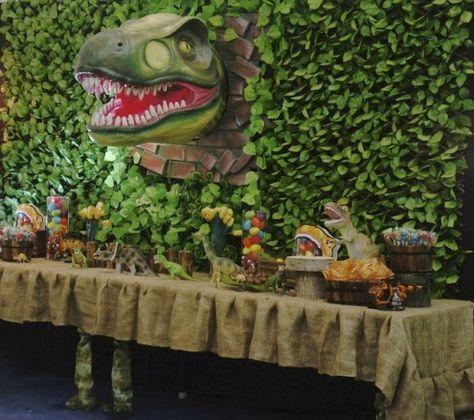 Fiesta Jurassic Park : Increíble fiesta de Parque Jurásico donde no falta detalle, un evento lleno de dinosaurios donde destaca el telón de fondo, ese Tiranoasaurio Rex saliendo