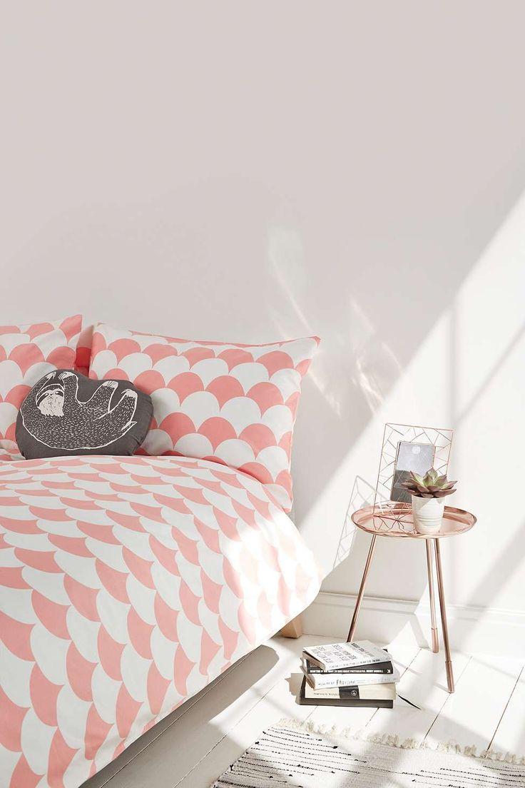 Urban Outfitters parure de lit geometrique blanche et rose housse de couette et linge de maison romantique rose et blanc motif festons pêche