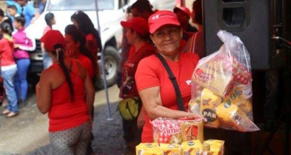 ¡ASÍ MADURO REPARTE LA MISERIA! Compras forzadas y 2 kilos de harina por mes: la cara oculta del Clap