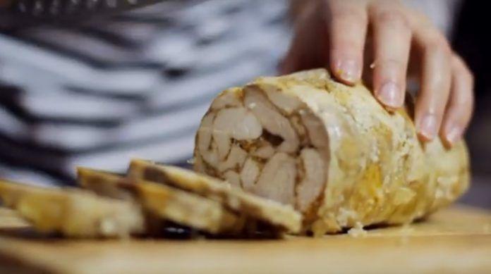 Rulada din carne de pui este o excelentă alternativă pentru mezelurile din comerț. Această rețetă este o adevărată minune culinară: carnea nemaipomenit de gingașă, aromată și delicioasă vă va cuceri. Se prepară foarte ușor, din ingrediente naturale și reprezintă o variantă ideală pentru sandwich-uri și un aperitiv minunat pentru mesele festive! INGREDIENTE: un kg de carne dezosată de pui; 20-30 g de gelatină; usturoi granulat — după gust; sare— după gust; piper negru măcinat— după gust…
