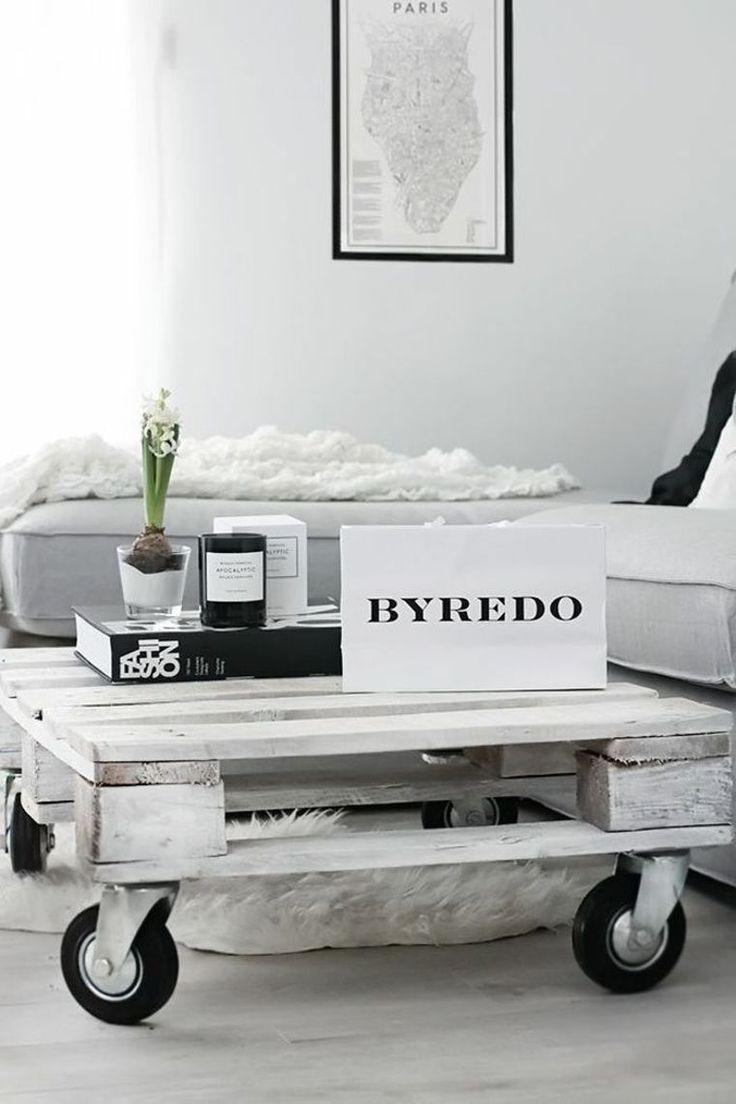 meuble en palette faire une table basse roulettes salon decoration pas cher