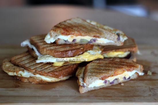 Сэндвичи в мультипекаре Редмонд с яйцом, помидором