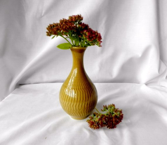 Boveskov Stentøj Vase designed by Gunnar Nylund, Denmark.  Curry or mustard yellow coloured stoneware vase  - textured glaze running down the side.  Height: 5.7/14.5cm - in perfect vintage condition; no chips, cracks or scratches  A beautiful piece of Mid Century Danish pottery  - signed BOVESKOV STENTØJ   Please don´t be alarmed by the high combined shipping cost accumulated in your cart, when buying mutiple items: Shipping will often be much cheaper than stated, if you buy 2 items or m...