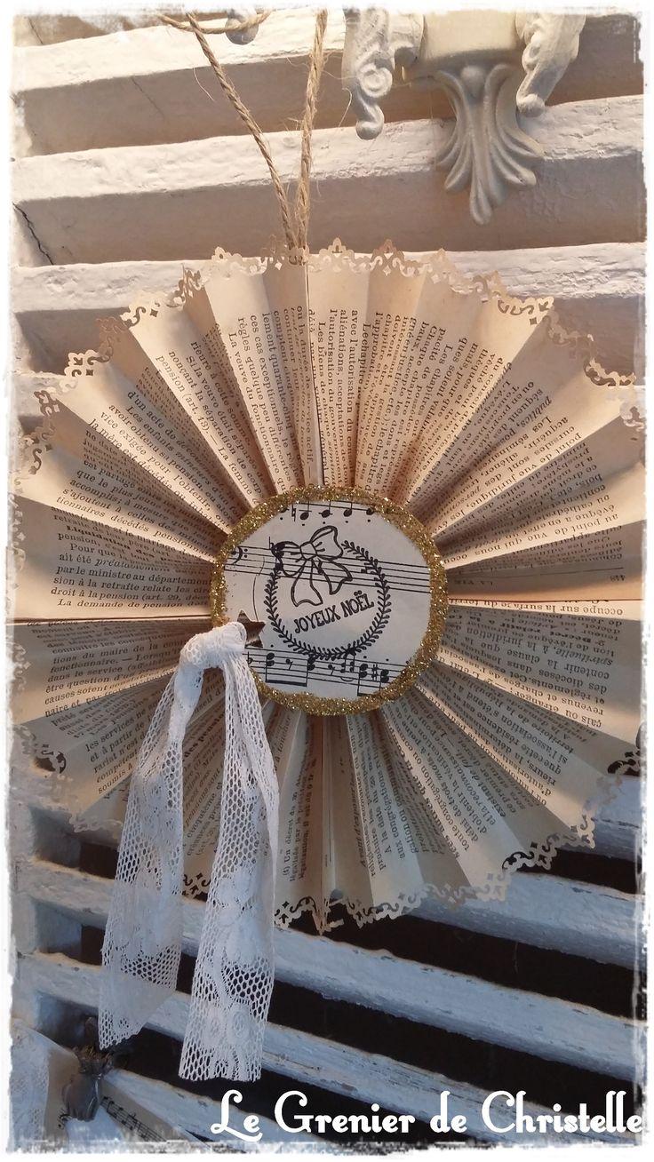 Cocarde, médaillon Joyeux Noël : le grenier de Christelle. https://www.alittlemarket.com/accessoires-de-maison/fr_deco_de_noel_en_papier_ancien_et_partition_de_musique_-19479469.html