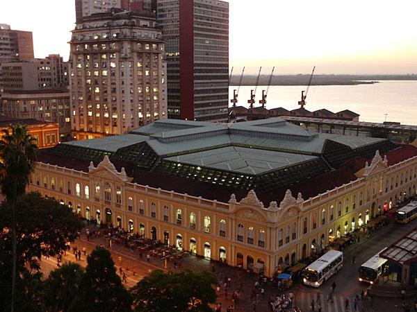Mercado Público, Porto Alegre,   Amo Muito esse Lugar, localizado no Centro Histórico da cidade é um dos principias pontos de encontro para beber, comer, encontrar pessoas interessantes, comprar alguma especiaria, ou presente.