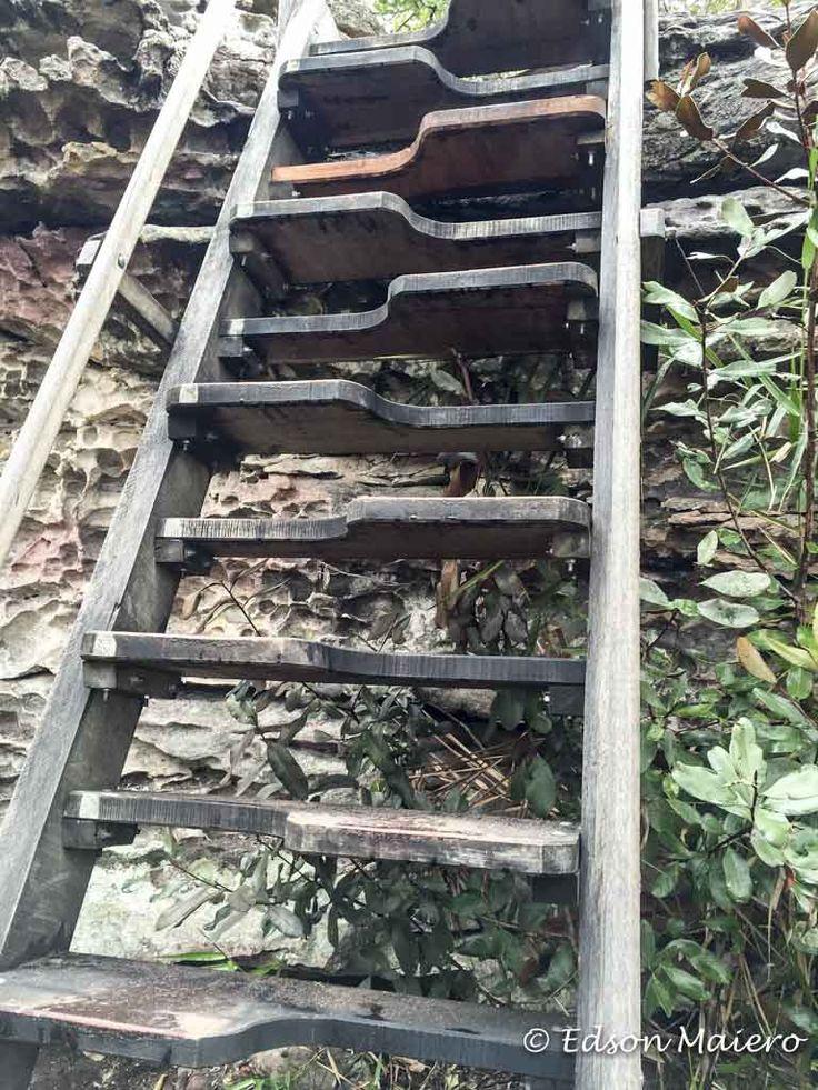 As escadas usadas na trilha usam um projeto de Santos Dumont e permitem que desçamos de frente, com uma ótima visão dos degraus