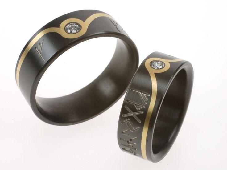 Ringen met ketische tekens in zwart zirkonium met goud en diamanten. Persoonlijke ringen gemaakt naar ontwerp.