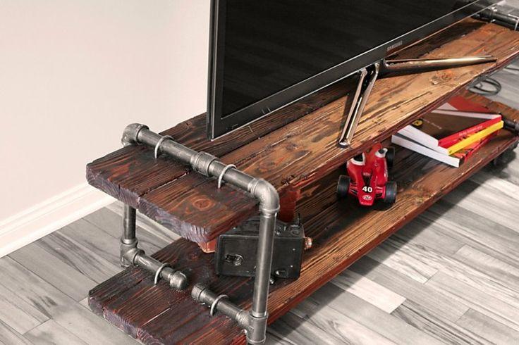 détail de meuble tv vintage industriel en bois et tuyaux