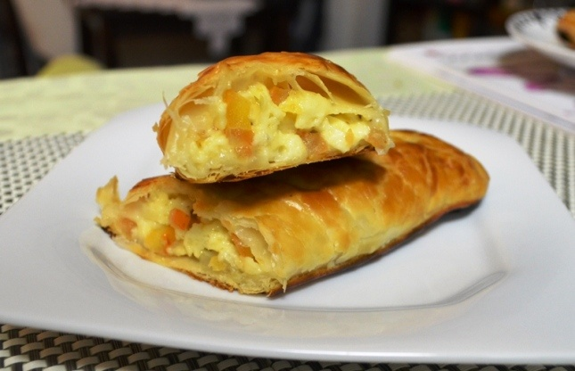 No time? Get some puff pastry, cheese, tomato, herbs and spices... In less than 1 hour you have a great snack!