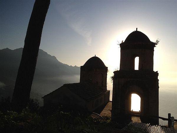 La Chiesa, costruita da una famiglia di antica nobiltà ravellese e dedicata a Santa Maria Annunziata, si integra con la sua struttura lineare tra le bellezze di Ravello