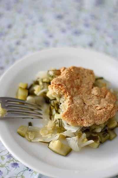 Cobbler aux cébettes, courgette et bûche de chèvre - Goat cheese cobbler with zucchini