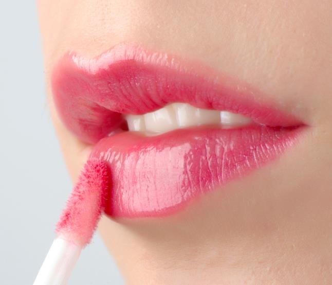 Lip Gloss Untuk Tampil Cantik Warna lip gloss sebaiknya disesuaikan dengan warna kulit. Walaupun warna lip gloss terlihat tipis, namun efeknya terhadap wajah akan tetap tampak.  1.Kulit terang : gunakan warna yang juga terang, seperti pink atau beige.  2.Kulit sawo matang : warna yang cocok adalah warna pink mawar, mauve atau berry.  3.Kulit gelap : warna yang pas untuk Anda adalah plum, coklat atau merah.  #face #beauty #repost #serum #cream #krim #trendingtopicindonesia #jakarta…