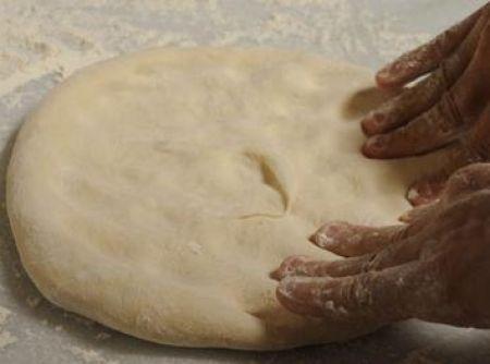 Receita de Massa de pizza para forno a gás - massa deverá começar a se soltar das mãos. Neste momento, trabalhe por mais cinco minutos, sem sovar, até ela ficar lisa. 3. Deixe a massa...