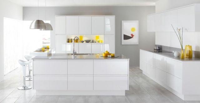 Cuisine minimaliste en blanc avec touche jaune