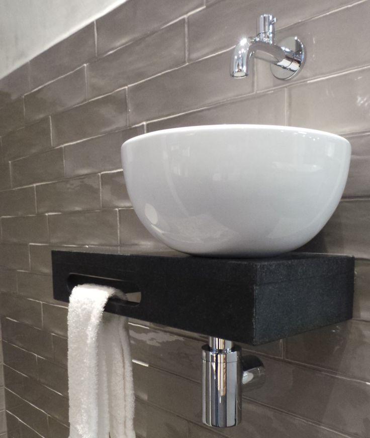 Welsan fontein, uniek met zijn plateau van natuursteen en ronde waskom. Met een ingebouwde handdoek houder. Nu te zien in de showroom en te koop op de webshop. Klik op bezoeken voor meer informatie.