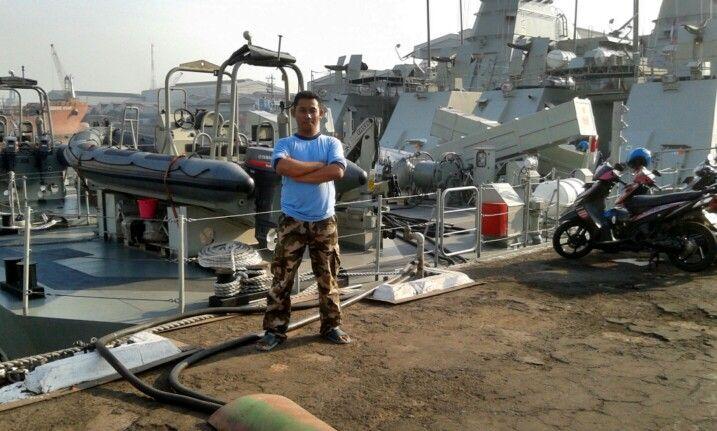 Aku di belakang kapal perang