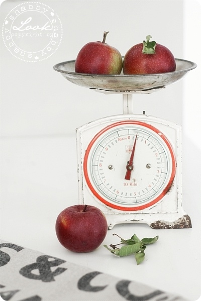 old scales work great for holding produce: Balance Ancienn, Kitchens Scale, Vintage Scales, Antique Scales, Hands Pick, Colors Contrast, Balances Anciennes, Antiques Scale, Scale Work