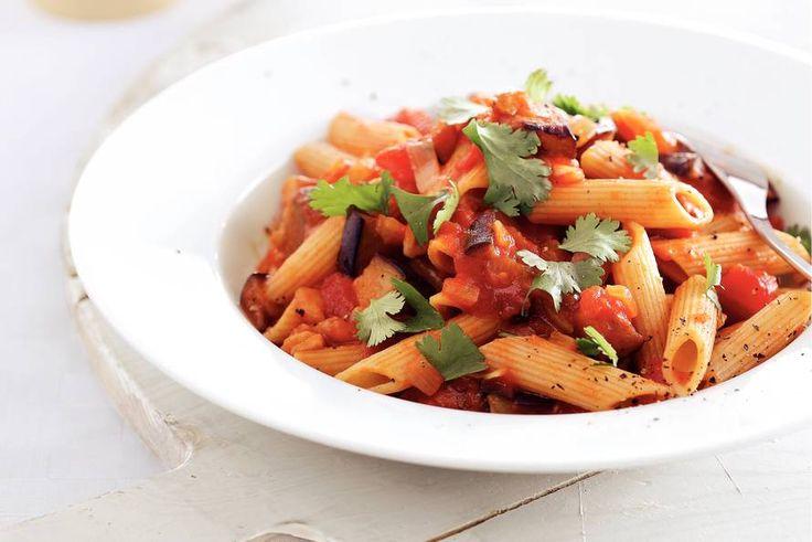Kijk wat een lekker recept ik heb gevonden op Allerhande! Pasta met gestoofde aubergine en tomaat