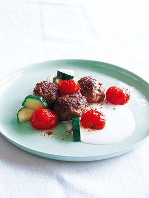 【ELLE a table】ミートボールと焼きトマト& ヨーグルトのソースレシピ|エル・オンライン