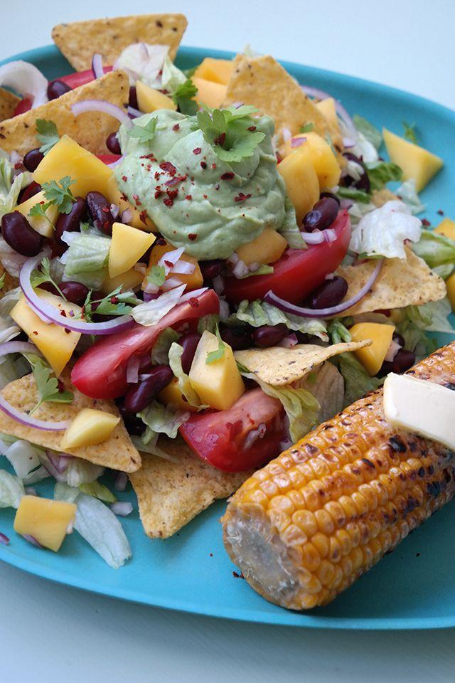 Mexicaanse salade met gegrilde maiskolf -- met avocado dressing/saus.