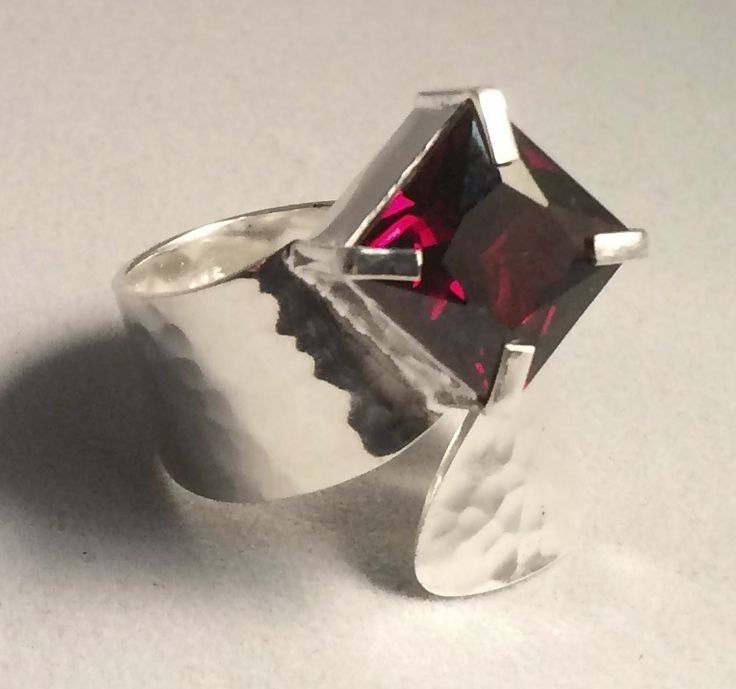 This stunning piece is ajustable in size and looks beautiful on your hand.