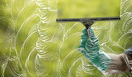 Tener las ventanas limpias es algo fundamental, tanto para la apariencia del hogar como por su higiene. Por eso vamos a darte algunos tips de cómo limpiar vidrios... ya que no es una tarea nada sencilla. Existen muchas formas de limpiar vidrios, pero no todos saben cómo dejarlos sin marcas o rayas. Por lo general q