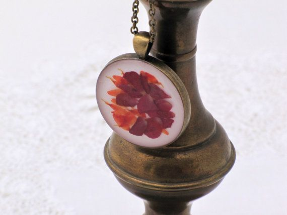 This necklace features a pendant with real flower petals (rose and other).