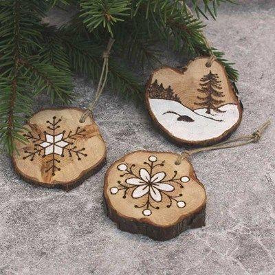 Julgranshängen i ene | pyrography christmas ornaments made from juniper wood slices