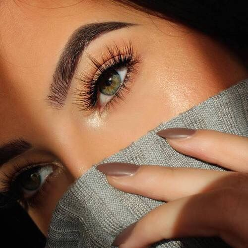 Daytime makeup with sparse falsies and no under eye liner. Eyeshadow under bottom lashes. Green eyes