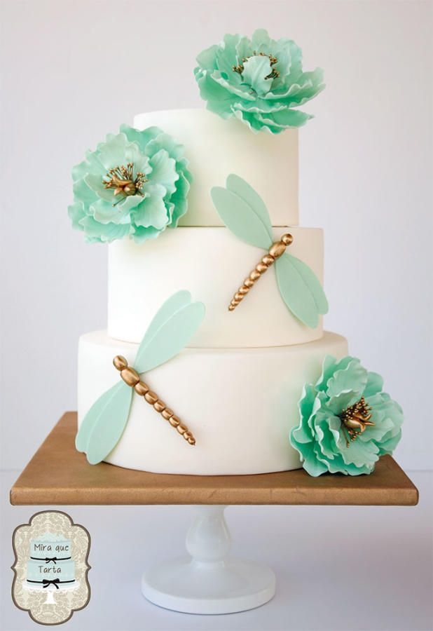 Dragonfly cake with mint wings and flowers.. pretty cake.    ᘡղbᘠ