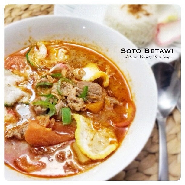 soto Betawi, made of beef or beef offal, cooked in a whitish cow milk or coconut milk broth, with potato and tomato.  ソト・ブタウィ、ジャカルターインドネシア。SOTO(スープ料理)はジャワ島で広く食されています。ソト・ブタウィは野菜や肉を煮込んで最後にたっぷりのココナツミルクを加えたクリーミーなスープです。