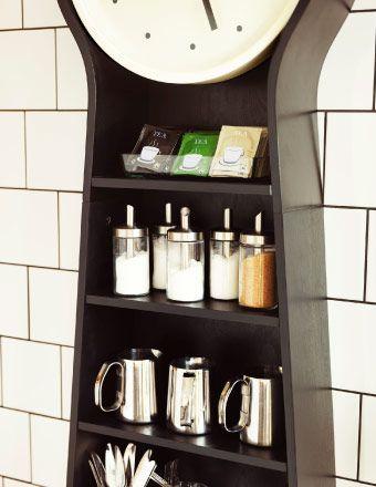 IKEA PS PENDEL Standuhr in Schwarz mit Regalböden, um darin z. B. MÅTTLIG Milchaufschäumkannen aus Edelstahl und DOLD Streuportionierer aus Klarglas/Edelstahl aufzubewahren